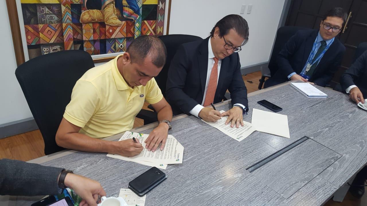 De izquierda a derecha Jhonivar Cumbe Alcalde municipal de Miraflores, Rodolfo Zea Presidente de FINDETER.