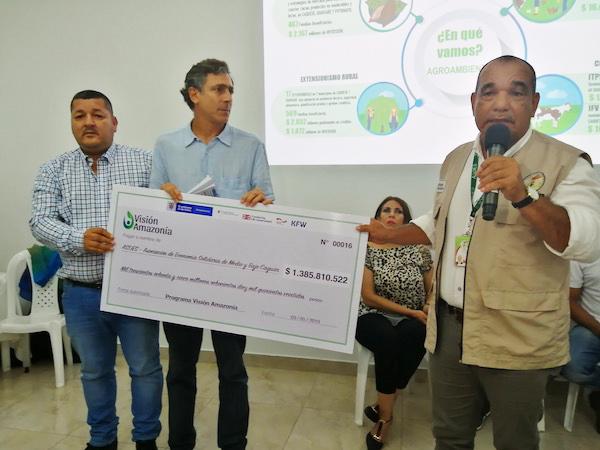 En foro de rendición de cuentas Visión Amazonía entrega oficialmente $1.385 millones a la asociación campesina del caquetá ASOES